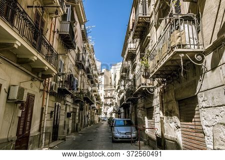 Palermo.italy.may 26, 2017.the Narrow Streets In The Historical Centre Of Palermo . Sicily