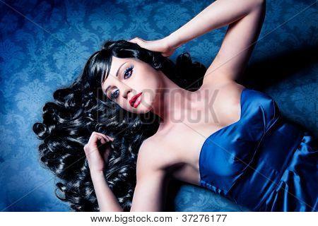 Diva mit schwarzen Locken und blauem Abendkleid/haircolors-18