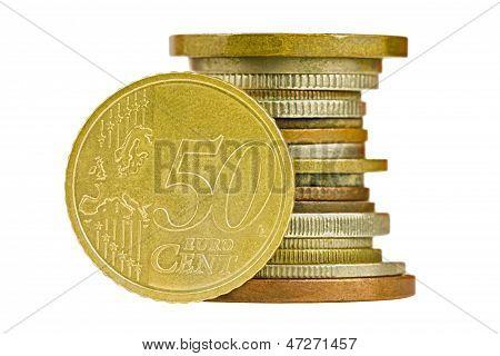 Münze Haufen mit fünfzig Cent Euro isoliert auf weißem Hintergrund