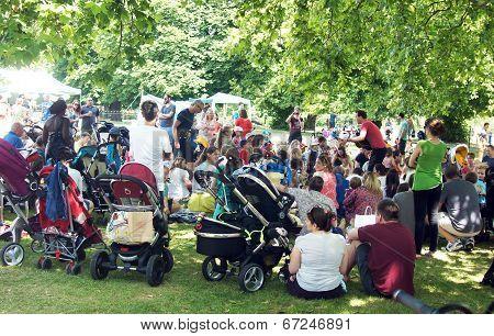 Man entertains kids on the park
