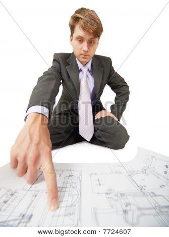 Ingenieur zeigt eine Finger-Informationen auf Zeichnung