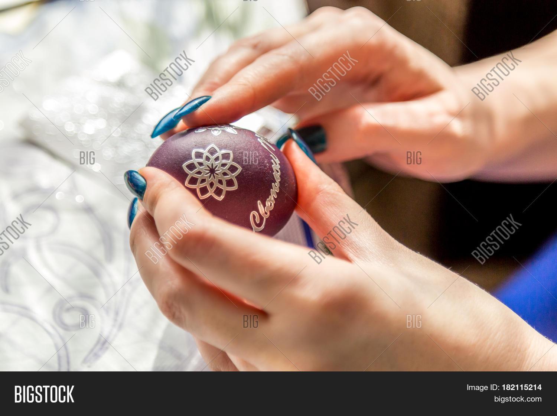 Яички в руке девушки, Русская красотка сжимает в руках мужские яйца и дает 17 фотография