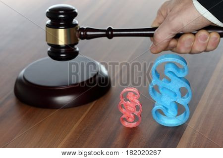 court tools on a table with paragraph symbol