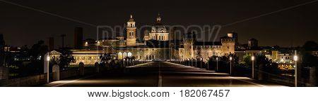 Mantova fotografia notturna dell' ingresso alla città.