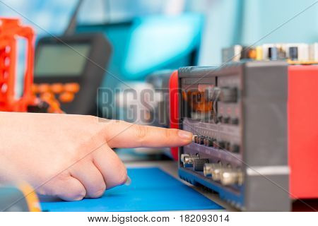 finger presses the button on the measuring instrument
