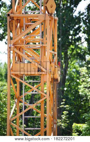 Giant Crane Lifting