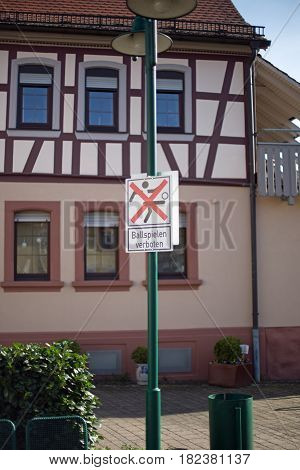 German sign who says ball play forbidden