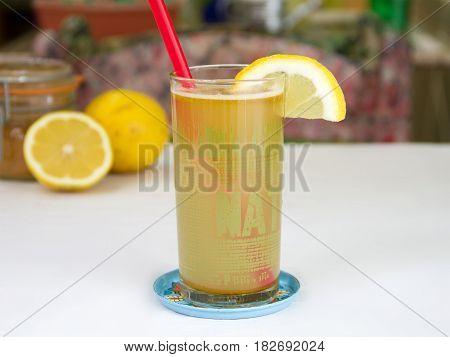 zumo detox casero de limón y cúrcuma Homemade lemon detox juice and turmeric