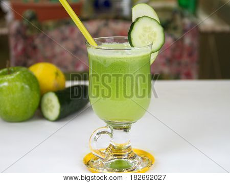 zumo verde detox de manzana, pepino y limón. Green apple juice detox, cucumber and lemon