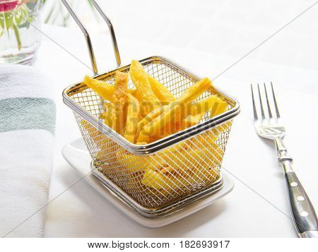 cesta de patatas fritas caseras cortadas a mano. Basket of hand-cut home fries.