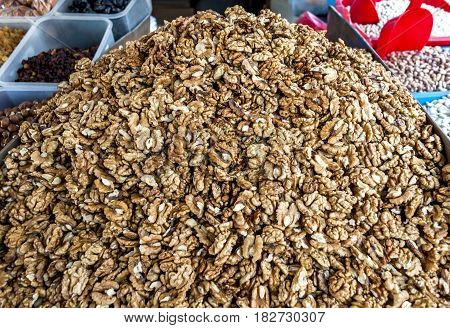 Dried walnuts, addition to the dishes and cakes