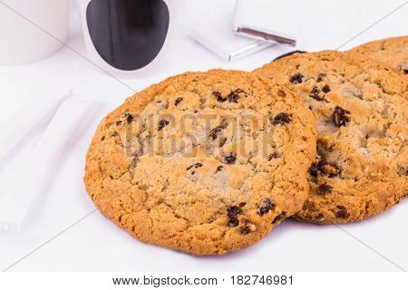 Oatmeal cookies with chocolate pieces, are served with kofy in a platikovy glass