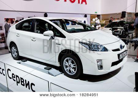 Moskau, Russland - August 25: Weiße Auto Tayota Prius bei Moskau internationale Ausstellung Interauto auf