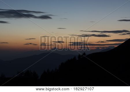 Sunset on the mountains landscape (Tramonto sul paesaggio montano)