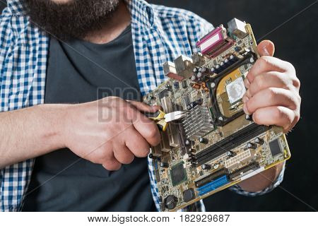 Service engineer repair pc motherboard