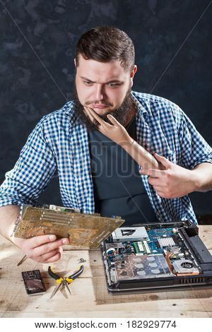 Engineer cant fix problem with computer hardware