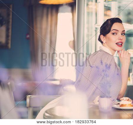 Gossip girl in a cafe