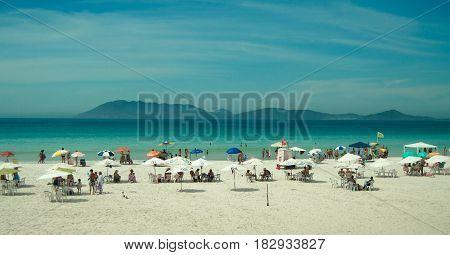 Playa de arena blanca y mar turquesa