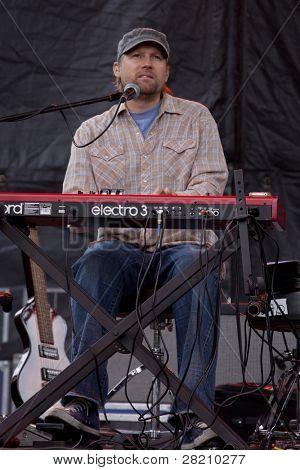 CLARK, NJ - 17 Eylül: Jonathan Kingham, ıslak dili klavyeler ve grubu Toad çalış