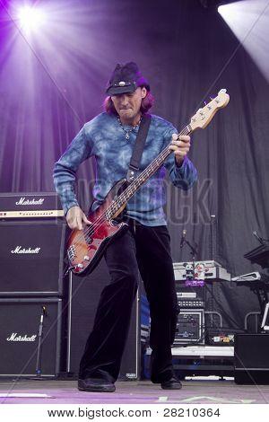 CLARK, NJ - Eylül 17: Paul Rodgers Band birleşim sayısı ile bas gitarist Todd Ronning yapar