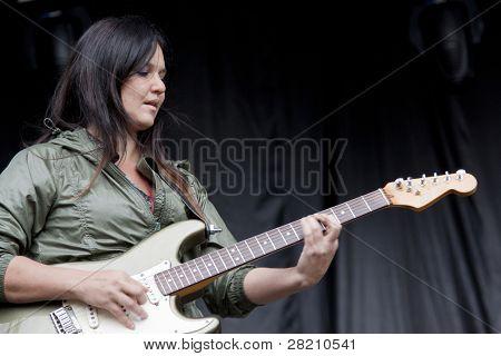 CLARK, NJ - Eylül 17: U gitaristi için Nicole Atkins & Karadeniz, Irina Yalkowsky, gerçekleştirir