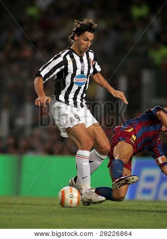 BARCELONA - AUG 24: Zlatan Ibrahimovic of Juventus in action during the friendly match between Barcelona and Juventus at Nou Camp Stadium August 24, 2005 in Barcelona, Spain
