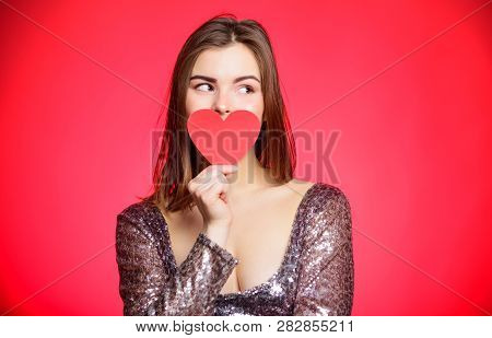 Romantic Greeting. Reading A Valentine Card. Be My Valentine. Valentines Day Party. I Love You. Sens