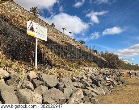 Playa Del Ingles, Spain - 6 Jan, 2020: Danger For Landslides Sign At The Playa Del Ingles Beach Of G