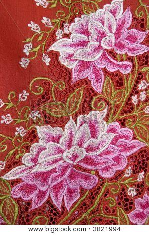 Pano vermelho de Kebaya com flores brancas