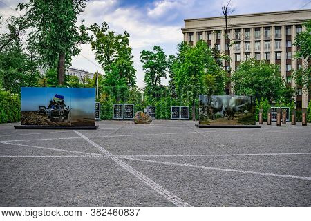 Dnipro, Ukraine - July 20, 2020: Memorial Of Heroes In Dnipro City. Alley In Memory Of The Heroes Of