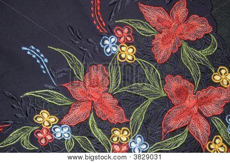 Kebaya azul escuro com vermelhas orquídeas