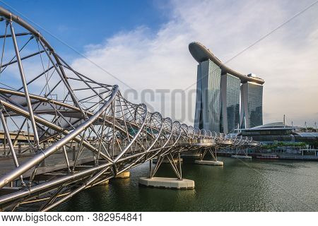 February 6, 2020: Skyline Of Singapore By The Marina Bay With The Famous Landmark Of Singapore: Sand