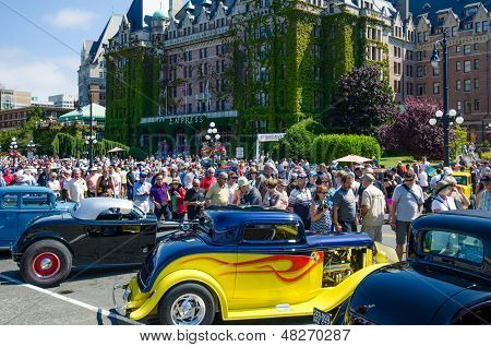 Crowds inspect vintage cars