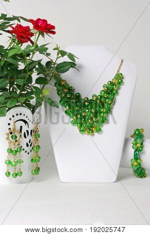 Beautiful green necklace and bracelet on a mannequin