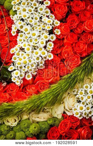 Red roses and chamomiles as pattern for wedding design