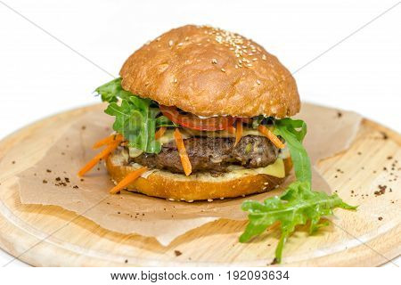 Juicy burger with rocket, tomato and carrots