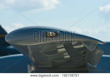 Detail of the wing and the warning light.
