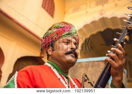 Musician playing traditional rajasthani music in Jaipur, Rajasthan, India