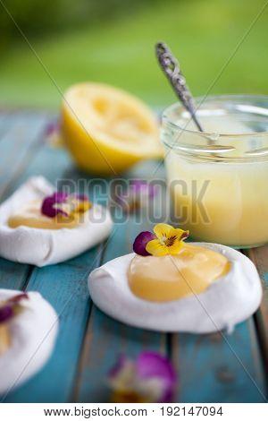 Mini pavlova with lemon curd and flowers