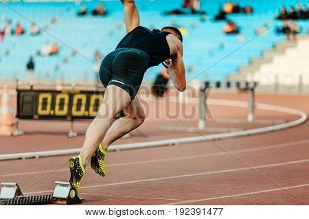 explosive start male runner race 400 meters in competition