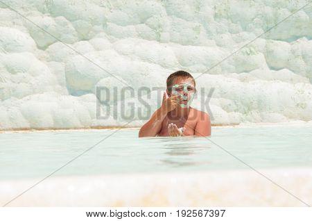 The child swims in the Pamukkah tram. Wellness baths