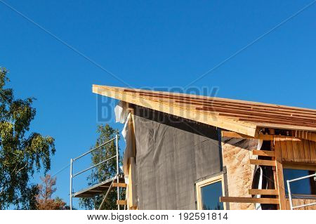 Construction of a wooden roof in an ecological house