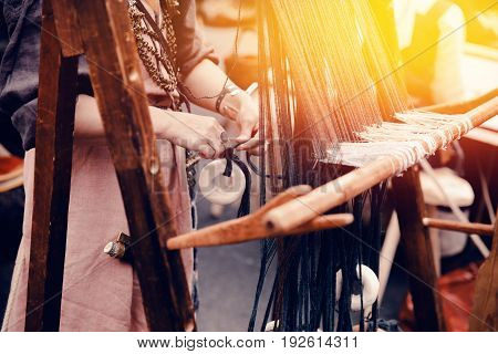 ancient craft is to fabricate and weave a thread. Manual production.