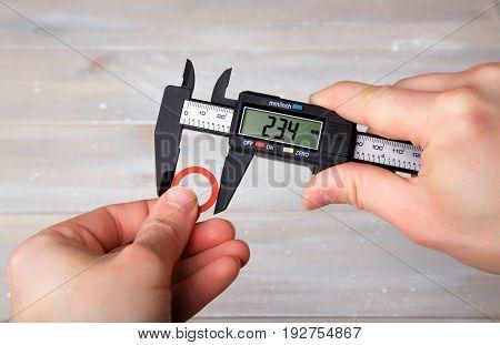 Measurement of the diameter of the gasket using a digital caliper