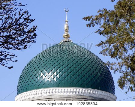 photography with scene of the dome to Muslim mosque with moon on spire