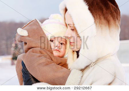 Mutter mit Kind im winter