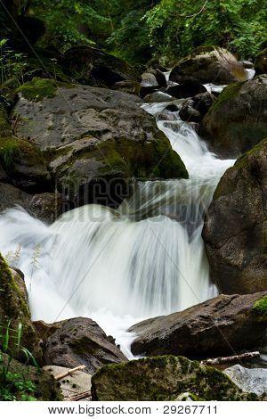 Creek mit Wasser und Steine in den Bergen