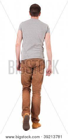 Vista de homem bonito, de jeans e camisa de ir de volta.  andar de cara jovem, de jeans e casaco. V traseira