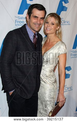 LOS ANGELES - NOV 19:  Ty Burrell, Julie Bowen arrives to the The Saban Free Clinic's Gala at Beverly Hilton on November 19, 2012 in Beverly Hills, CA