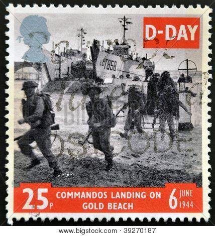 Großbritannien ca. 1994: eine Briefmarke gedruckt in Großbritannien zeigt Bild des Soldaten am goldenen Strand